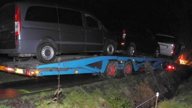 Der Lastwagen mit Anhänger steckt im Morast fest.