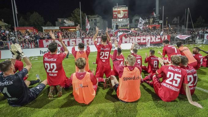 Die Spieler von Winterthur feiern mit ihren Fans das Weiterkommen im Cup gegen St. Gallen