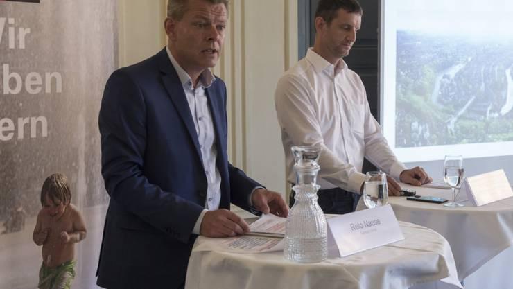 Zwei Männer im Rennfieber: Der Berner Gemeinderat Reto Nause (links) und Pascal Derron von Swiss E-Prix Operations werben in Bern für das Formel-E-Rennen vom Juni 2019.