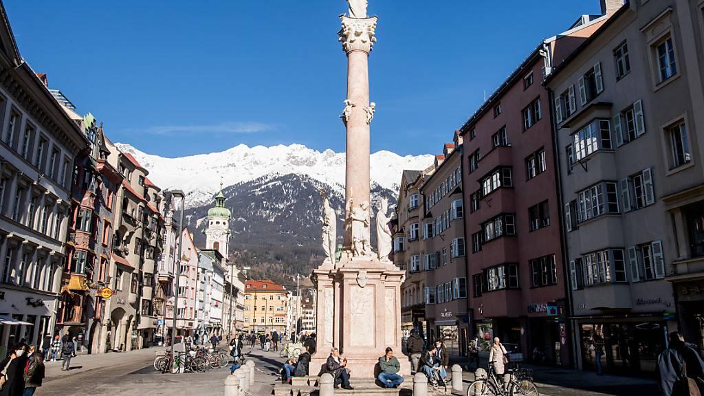 Blick auf die Maria-Theresien-Straße mit der Annasäule. Für Tirol gilt aufgrund der als brisant eingeschätzten Corona-Lage eine Reisewarnung. Foto: Expa/Erich Spiess/APA/dpa