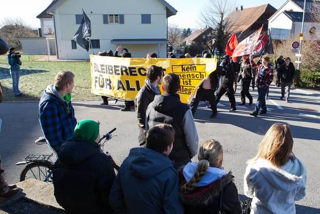 Die Jugendlichen im Dorf lassen sich von den Demonstranten nicht provozieren.