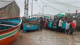 Indische Fischer bringen in Veraval ihre Schiffe vor dem Zyklon in Sicherheit.