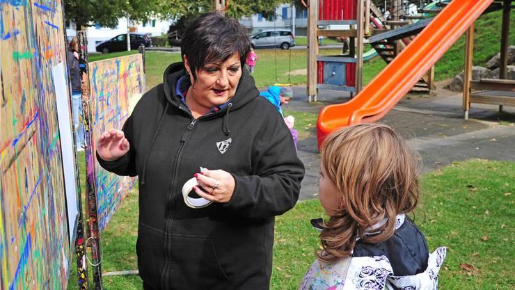Die Arbeit mit den Kindern auf dem Spielplatz, hier im Vögeligarten, braucht Zeit und Geduld. Marianne Schenker nimmt sich beides gern.Remo Fröhlicher