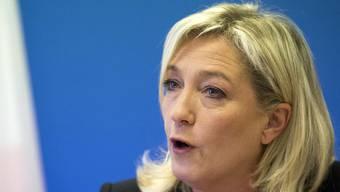 Marine Le Pen, Tochter von Jean-Marie Le Pen und FN-Chefin, gerät nach heftigen Attacken gegen Hollandes Regierung nun selbst unter Druck (Archiv)