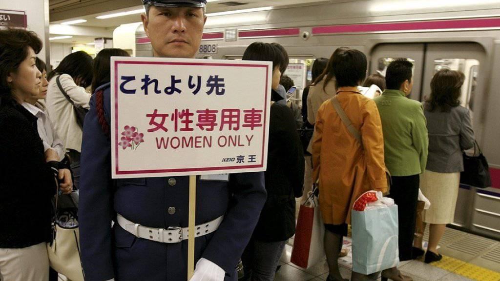 Eine Smartphone-App der Polizei von Tokio gegen Grapscher in der U-Bahn ist in Japan zum Riesenerfolg geworden - auf bestimmten U-Bahn-Linien in Tokio gibt es Abteile nur für Frauen. (Archivbild)