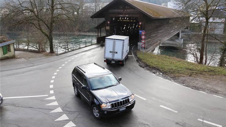 Die alte Holzbrücke über die Aare bei Fulenbach und Murgenthal leidet unter dem zunehmenden Verkehr und wird in den Stosszeiten zum Nadelöhr.