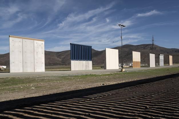 """La Frontera - die Grenze zwischen Mexiko und den USA: US-Präsident Donald Trump hat während seines Wahlkampfs versprochen, zwischen den USA und Mexiko die Grenze vollständig mit einer Mauer abzuriegeln. Hier eine Art """"Maure-Katalog"""": Anbieterfirmen haben Demo-Versionen ihrer Mauer aufgestellt."""