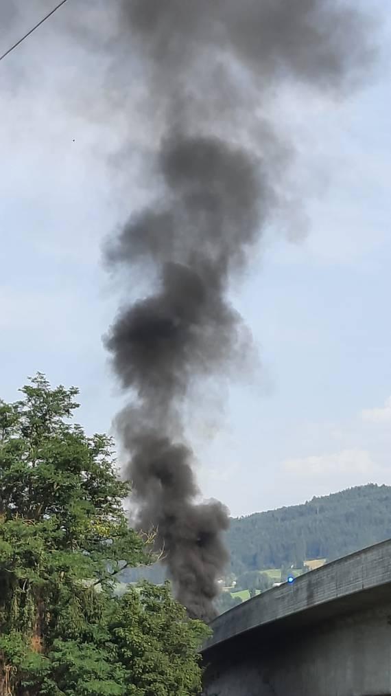 Der Autobrand sorgte für eine schwarze Rauchsäule.
