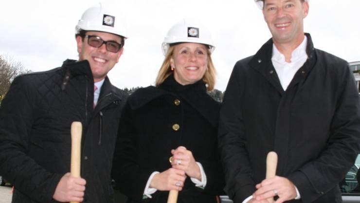 Von links: Timo Kipp, Beatrice Marienau (Inhaber der Nairinella AG) und Christian Brönnimann, Dectris AG, nach dem Spatenstich. -rr-