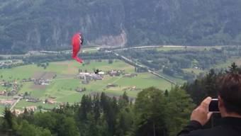 Augenzeugen filmen, wie ein Gleitschirm-Pilot kurz nach dem Start verunglückt.
