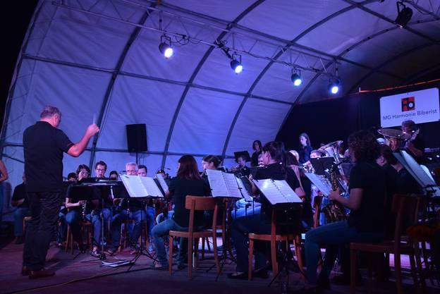 Die Harmonie mit ihrem Dirigenten Miguel Etchegoncelay