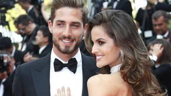 Gerücht bestätigt: Der deutsche Torwart Kevin Trapp (26) und das brasilianische Model Izabel Goulart (32) gingen am Donnerstag in Cannes als Liebespaar über den roten Teppich.
