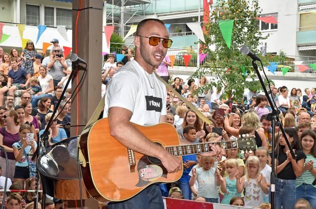 Der 37-Jährige trat auch schon im kleinen Rahmen in der Region auf. So im September 2019 am Schul- und Dorffest in Wangen bei Olten. Zwei seiner Bandmitglieder waren dafür extra aus London eingeflogen.
