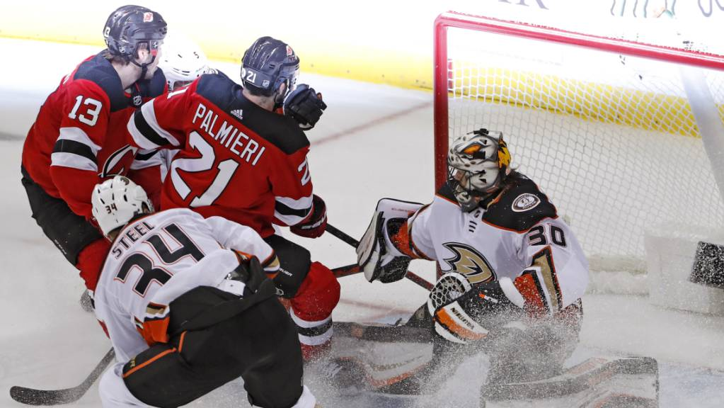Anaheims Goalie Ryan Miller wehrt in dieser Szene einen Versuch der Devils-Stürmer Nico Hischier (Nummer 13) und Kyle Palmieri ab