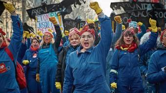 Gewerkschafterinnen gingen in Paris am 51. Tag in Folge auf die Strasse.