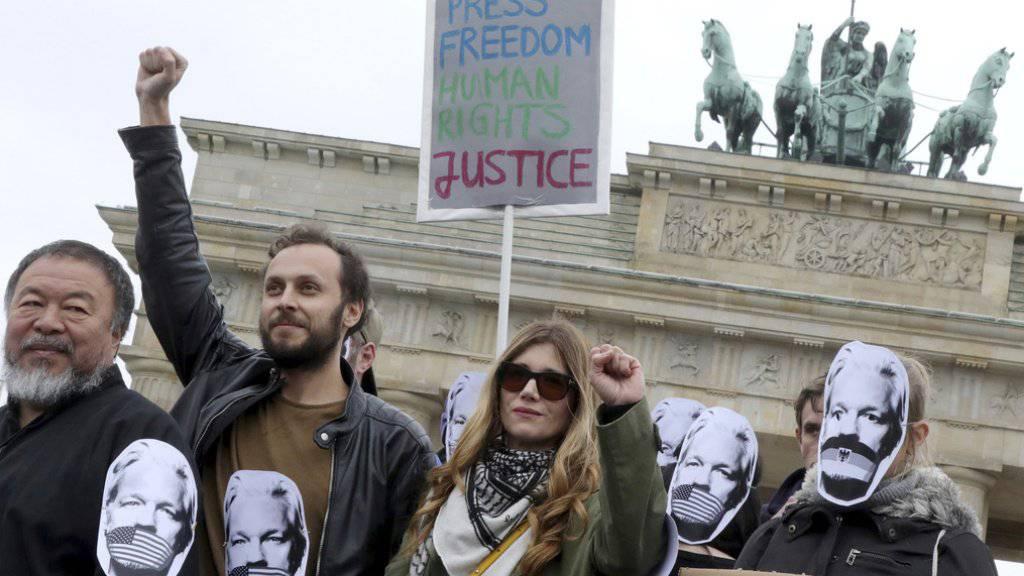 Demonstranten auf der ganzen Welt protestieren gegen eine mögliche Auslieferung Assanges an die USA - darunter im Mai auch der chinesische Künstler Ai Weiwei in Berlin. (Archivbild)