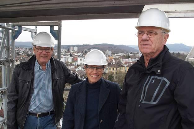 Die Kirchenpflege mit (von links) Ernst Götti, Barbara Stüssi-Lauterburg und Ernst Rauber in luftiger Höhe auf dem Gerüst der Turmspitze