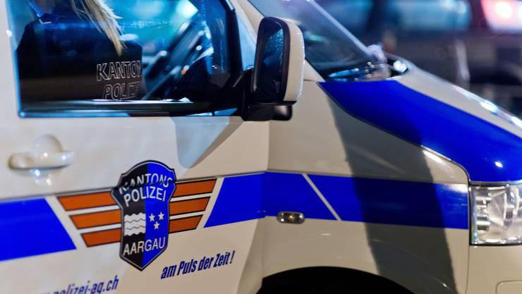 Am Donnerstagabend gelang es der Kantonspolizei Aargau, einen selbstgefährdeten 62-Jährigen aus seiner Wohnung zu holen. Der Mann hatte sich stundenlang mit einer Waffe eingeschlossen und sich selbst verletzt. (Symbolbild)
