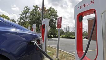 """Ein Elektroauto des US-Unternehmens Tesla beim """"Tanken"""" mit Strom. (Archivbild)"""