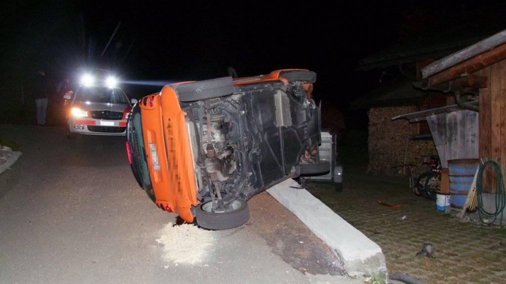 Wegen Mauer umgekippt: Der Fahrer des Autos musste eine Blutprobe abgeben.