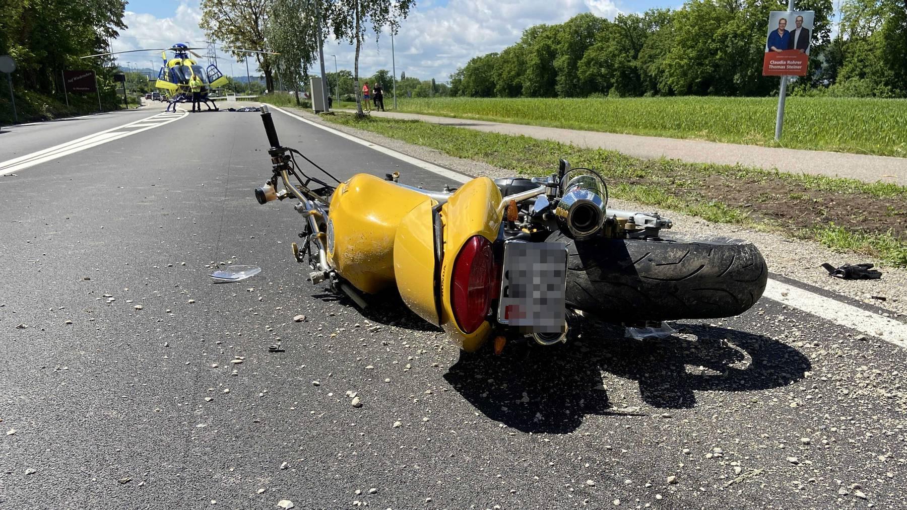 Der Motorradfahrer musste mit lebensbedrohlichen Verletzungen ins Spital geflogen werden.