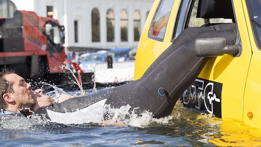 Bei der Demonstration in Vevey wurde live gezeigt, wie Personen aus einem versinkenden Auto gerettet werden können.