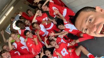 Trainer Kaan Kahraman und sein Team feiern den Achtelfinal-Einzug.