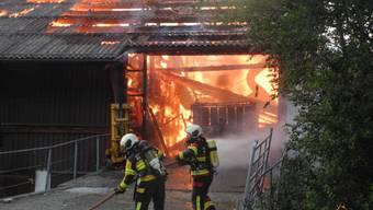 Der Stall stand bereits in Vollbrand, als die Feuerwehr eintraft.
