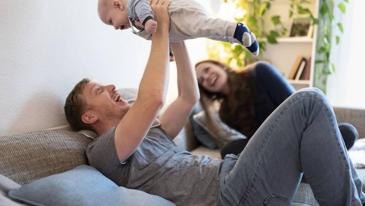 Gerade die Coronakrise zeige, wie wichtig die Betreuungsarbeit für Familien und ein Vaterschaftsurlaub seien, beteuert die SP-Kantonalpartei.