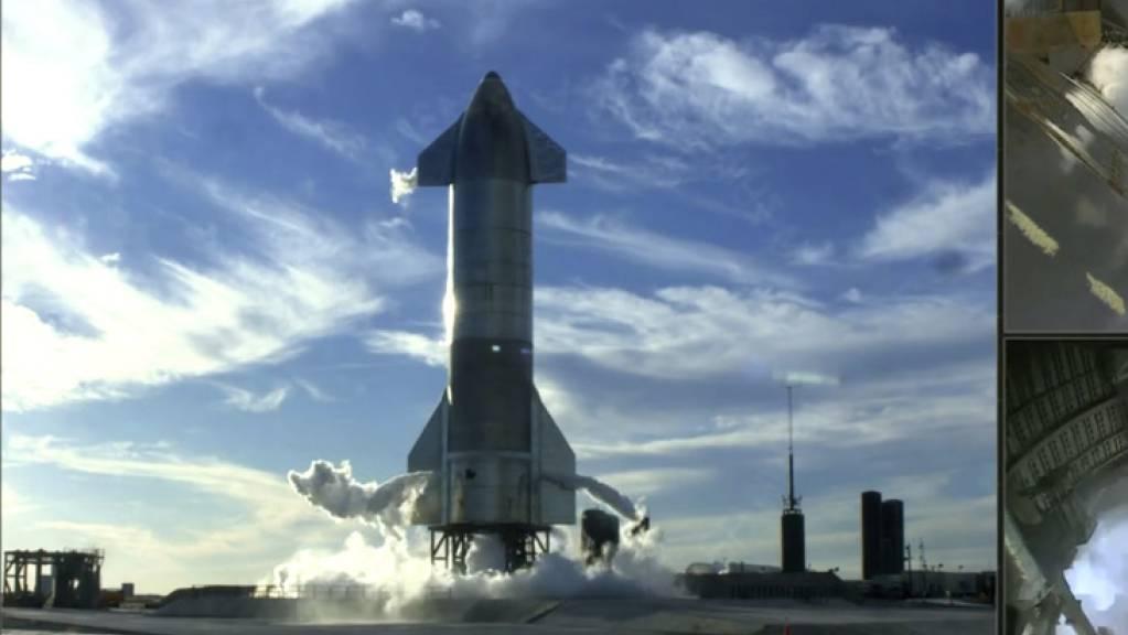 Der Screenshot von der SpaceX Twitter Seite zeigt das futuristische Starship just beim Startabbruch eine Sekunde vor dem Starten der Triebwerke.