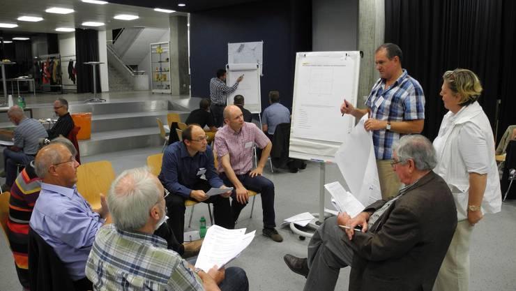 Der neu gewählte Stadtammann Herbert Weiss (stehend) diskutierte in einer der Arbeitsgruppen fleissig mit.