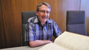 In alten Urkunden und Büchern stösst Remo Albrecht immer wieder auf vergessene Dialektwörter.