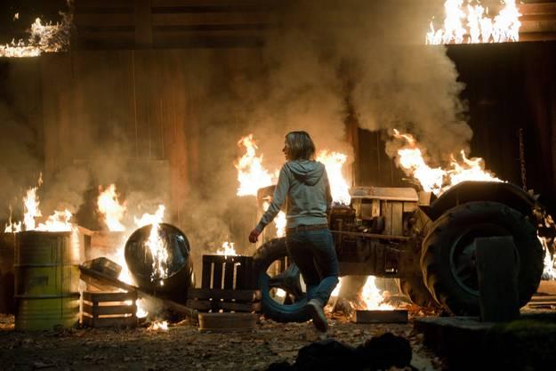Action vor der brennenden Scheune.