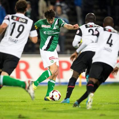 Marco Mathys vom FC St. Gallen schiesst zum Ausgleich gegen die Aarauer Abwehr.
