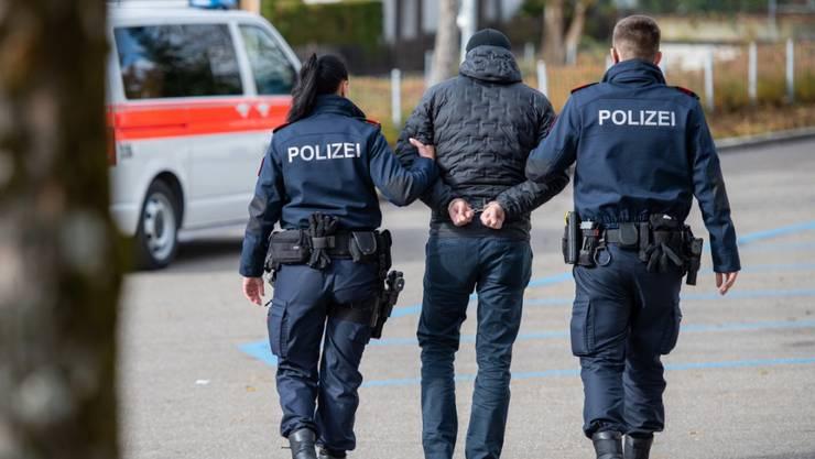 Die Kantonspolizei hat einen 21-jährigen Cannabis-Dealer aus dem Verkehr gezogen. (Symbolbild)