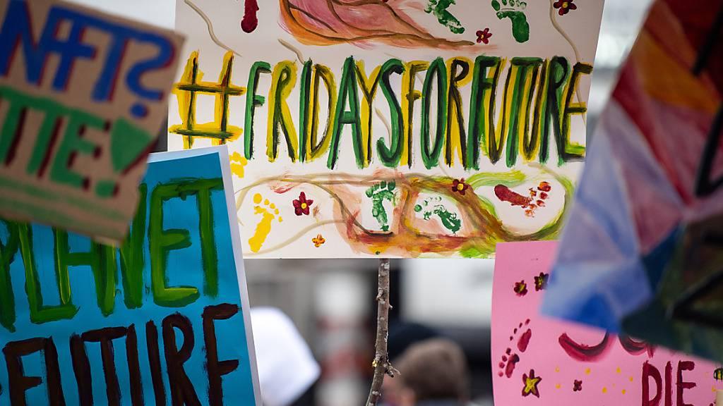 ARCHIV - Demonstranten während einer Demonstration von Schülern gegen den Klimawandel mit Protestschildern. Foto: Sebastian Gollnow/dpa