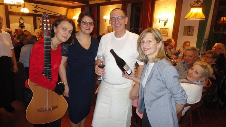 Feierten die lange Wirtetradition der Familie: Elisabeth Trechslin (Gitarre), Christine Bachmann (Gesang) mit dem Wirtepaar Peter und Susi Bader (von links).