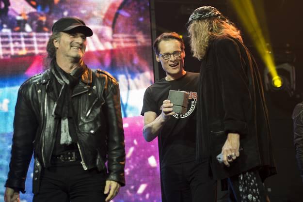 Marc Storace (l.) und Chris von Rohr (r.) erhalten von Roger Köppel den «Outstanding Achievement Award».
