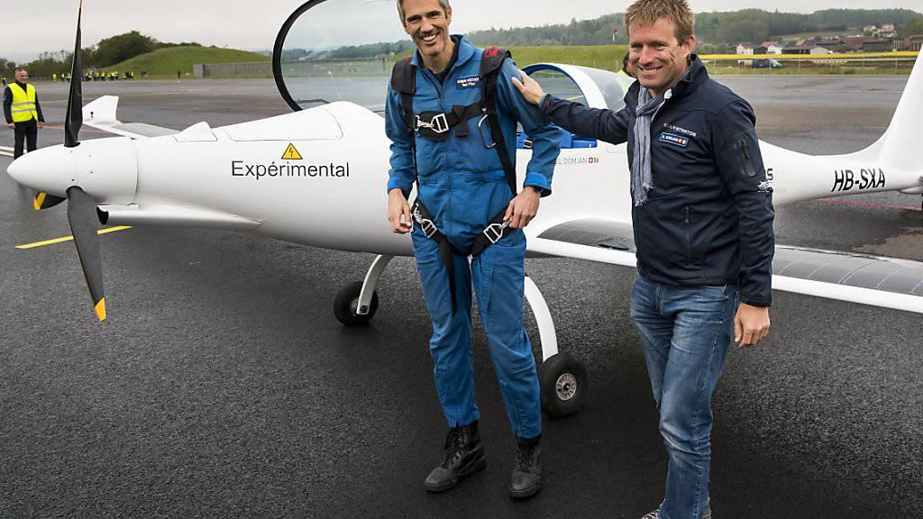Testpilot Damian Hischier (links) und Raphaël Domjan freuen sich nach der Landung des Solarflugzeugs über dessen ersten Flug.