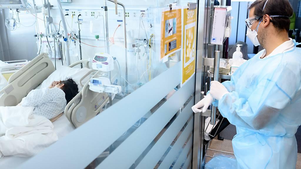 Gesamtschweizerisch befanden sich Mitte der vergangenen Woche 586 Menschen wegen einer Infektion mit dem Coronavirus in Spitalbehandlung. (Archivbild)
