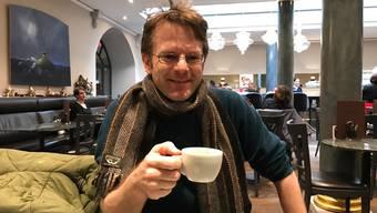 Erich Weber beim Kaffee in der Suteria. Er ist begeistert von der Ambassadorenkrippe, doch das Kunstwerk ist sehr sensibel.