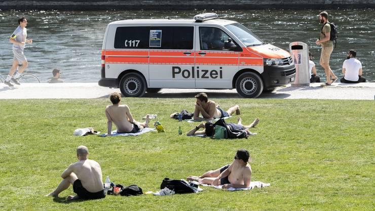 Eine Polizeistreife am Karsamstag am Zürcher Seeufer.