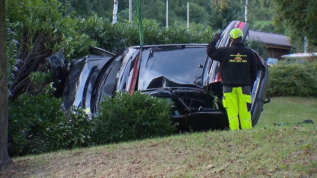 Volketswil: Auto überschlägt sich - Lenker mittelschwer verletzt