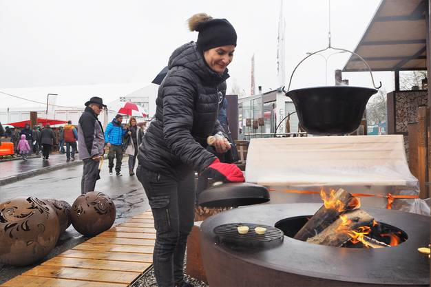 Die Feuerschale bietet sich als Grill an.