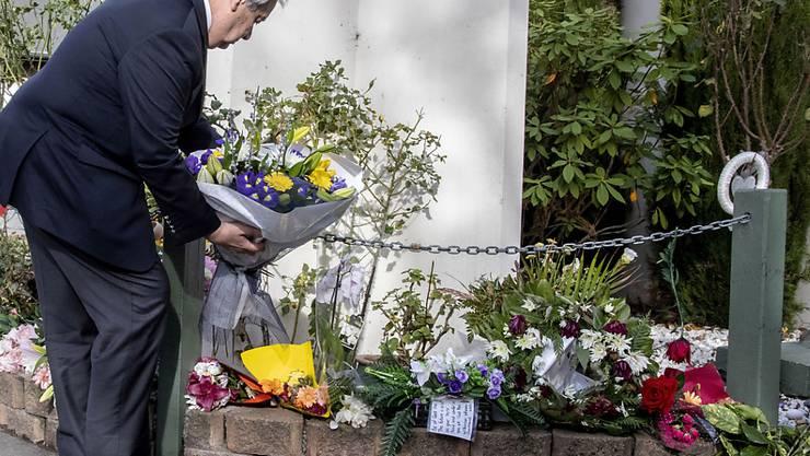 Uno-Generalsekretär legt bei der Al Noor-Moschee in Christchurch Blumen nieder.