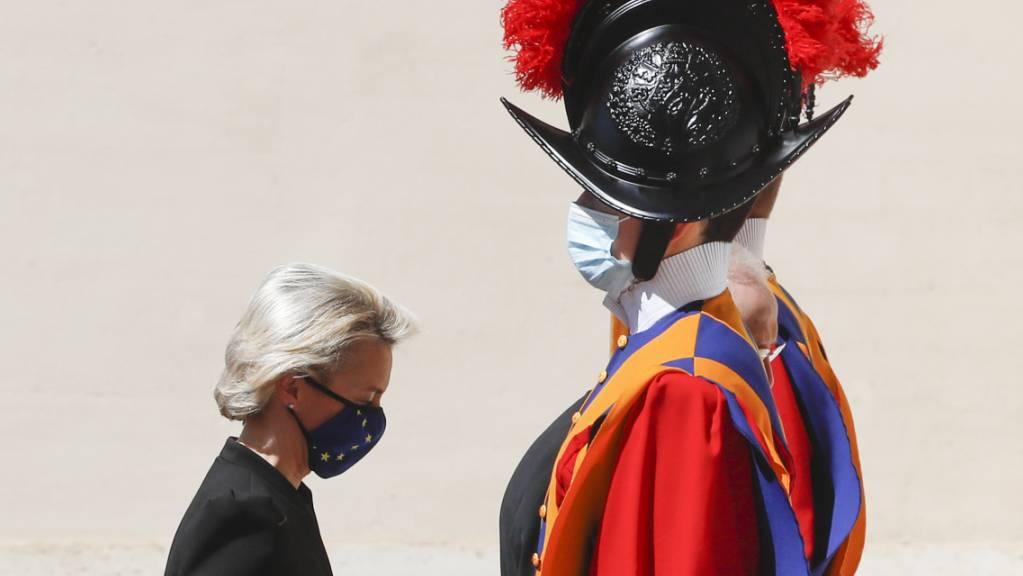 Ursula von der Leyen, Präsidentin der Europäischen Kommission, geht bei ihrer Ankunft im Hof von San Damaso im Vatikan an einem Gardisten der Schweizergarde vorbei.