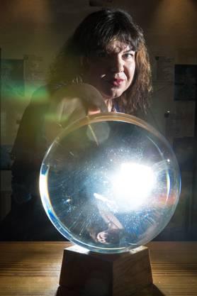 Museumsdirektorin Wicca Meier-Spring schaut in die Glaskugel.