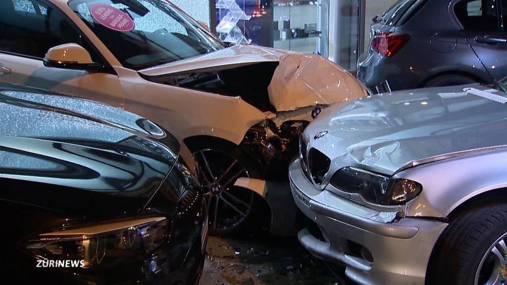 Unfall: BMW-Fahrer zerstört drei Neuwagen