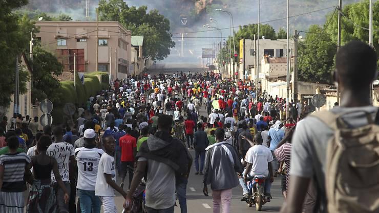 ARCHIV - Demonstranten forderten zuletzt in Mali bei einem Protest den Rücktritt von Präsident Keita. Foto: Baba Ahmed/AP/dpa
