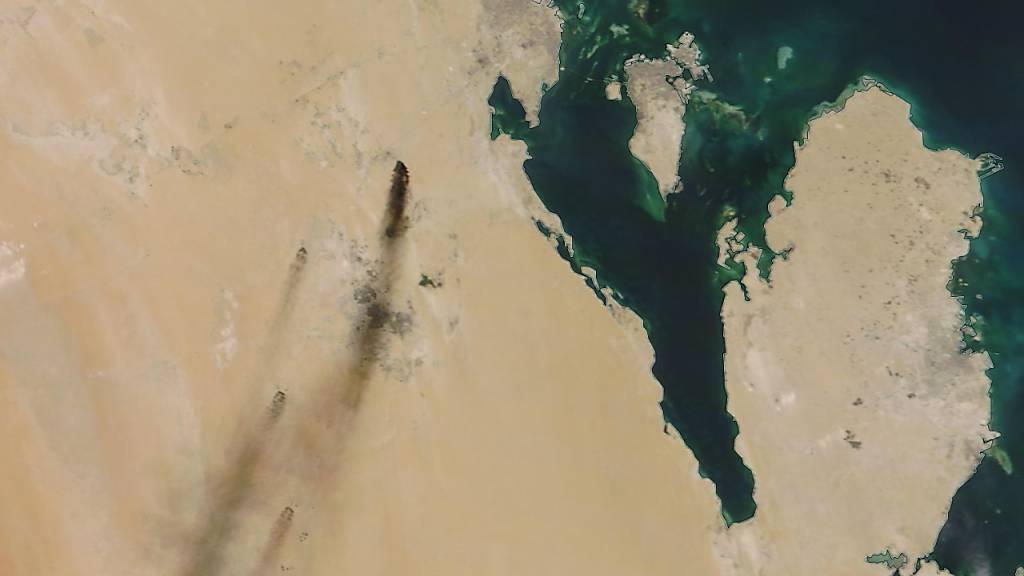 Das Satellitenbild der Nasa zeigt Brände nach einem Drohnenangriff auf zwei wichtige Ölanlagen im Osten Saudi-Arabiens. Die jemenitischen Huthi-Rebellen bekannten sich zu dem Angriff. Die Halbinsel rechts im Bild ist Katar, bei der Insel handelt es sich um Bahrain.